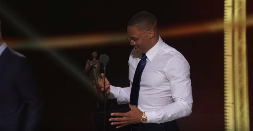 26 Giugno 2017, Russell Westbrook riceve dalle mani del Commissioner Adam Silver il premio di MVP (foto da: youtube.com)