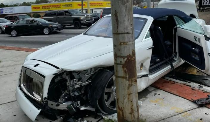 Quel che resta dell'auto di Chandler Parsons dopo l'incidente nel quale è stato coinvolto mercoledì scorso (foto da: youtube.com)